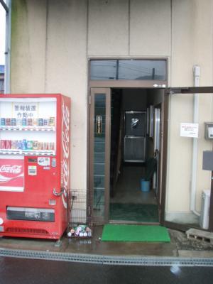 会社の玄関を開き戸から引き戸にしました。