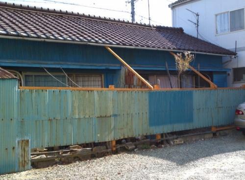 倒れかけていた借家の塀が、しっかり補強されました。