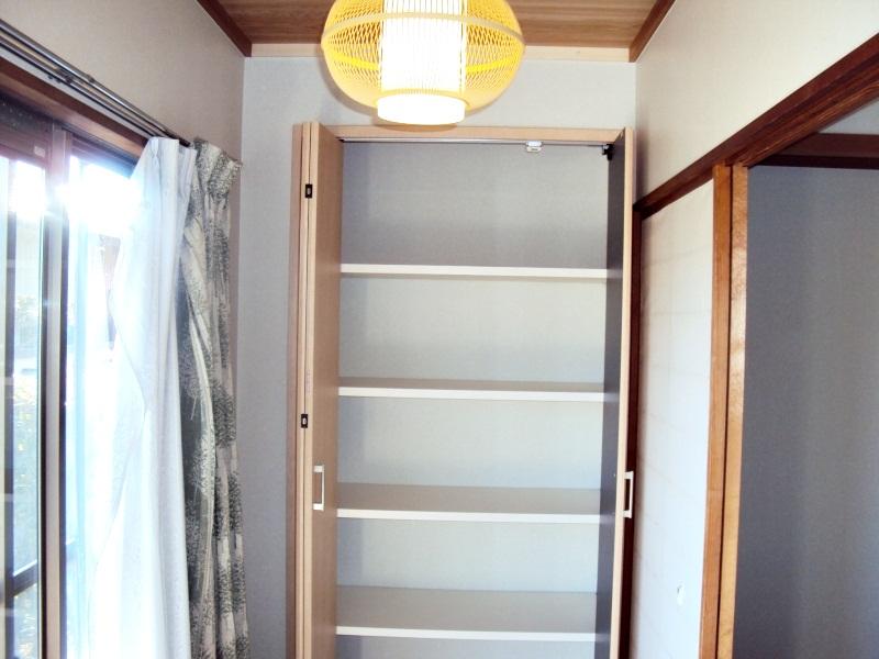 縁側の一部に物入れを作ったものです。使い勝手に合せ棚の高さがが自由に変えられるようになって居ます。
