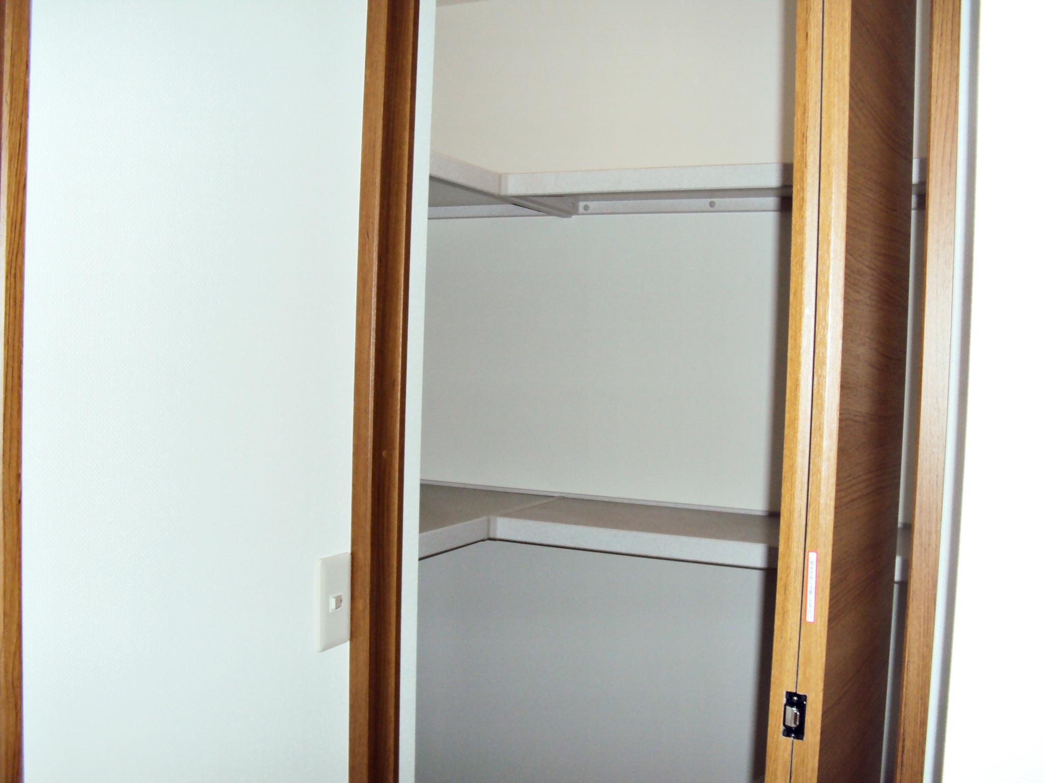 畳2帖ほどの納戸に棚を取付け、効率的に収納できるよう工夫されています。