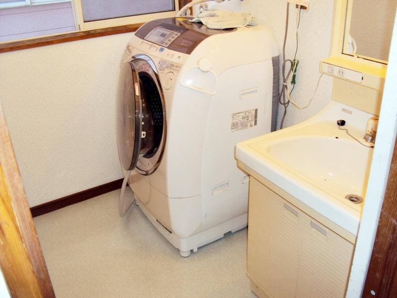 洗面所の床補修・クロス貼り替え・ユニットバス扉交換