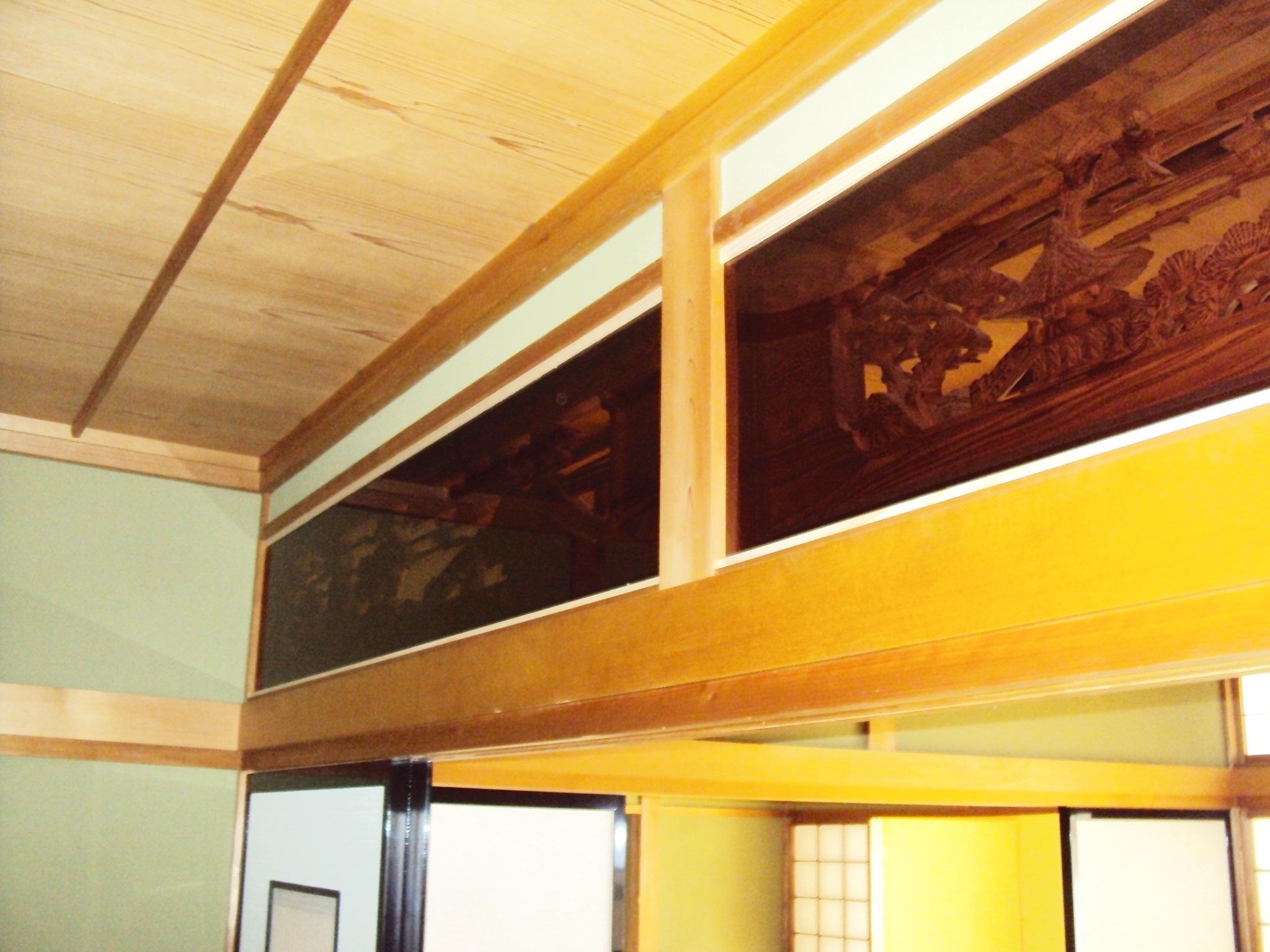 彫刻欄間に隙間がある為、冷暖房の効率が悪くなっていました。透明のアクリル板をはめ込み、エコな空調が可能となりました。