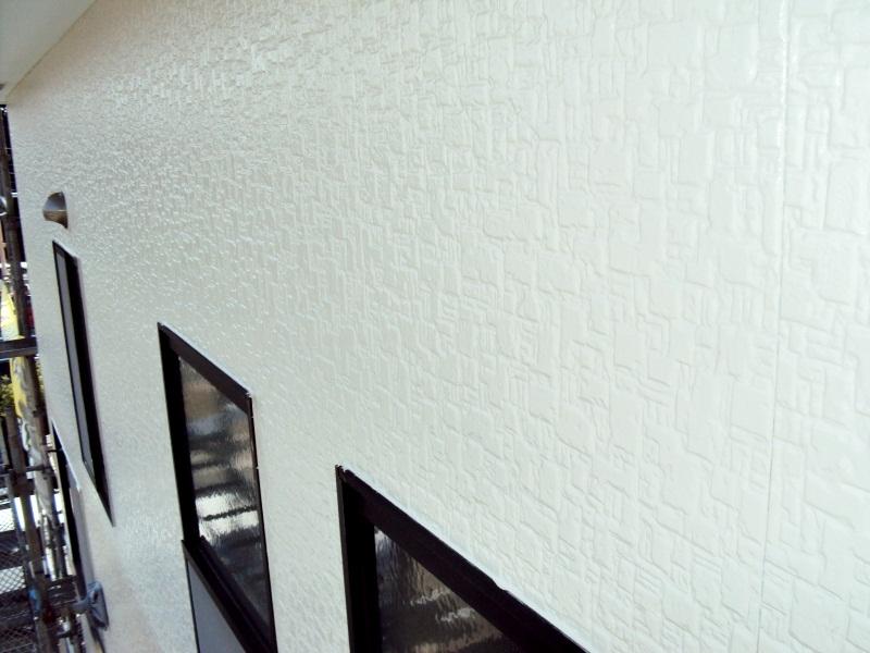 シーラー塗装(下塗り)後、「ファインシリコンフレッシュ」を上塗りで2回塗り重ねていきます。