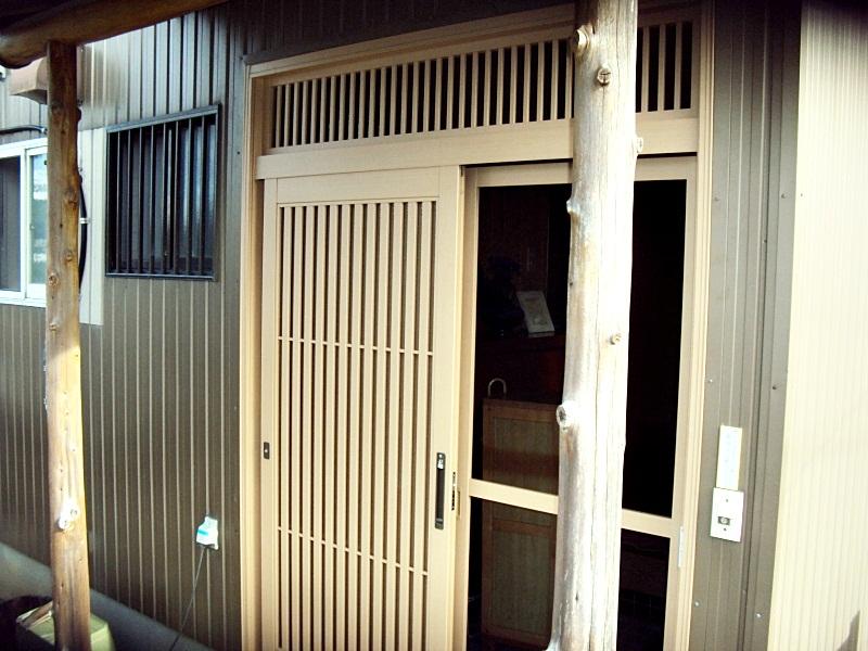 玄関サッシの取替と軒天を補修しました。