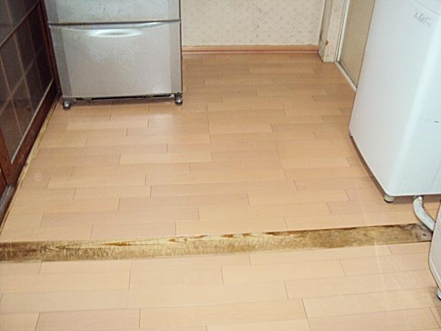 床の貼り替えと排水管の補修をしました。
