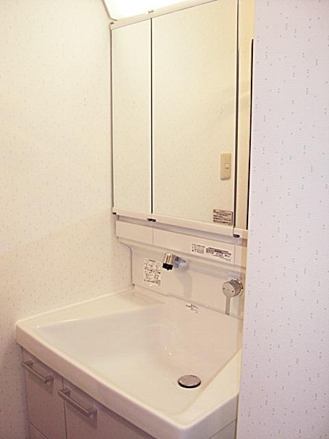 洗面台取替、キャビネット取付、水栓交換をしました。