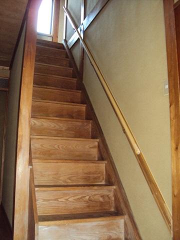 急勾配の階段に手摺を取り付けました。