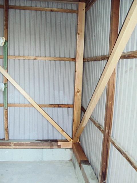 白蟻被害を受けた倉庫を補修しました。