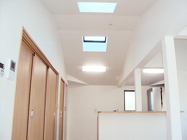 リビングからキッチンを写した画像です。天井にトップライトがあるのでとても明るい空間となって居ます。