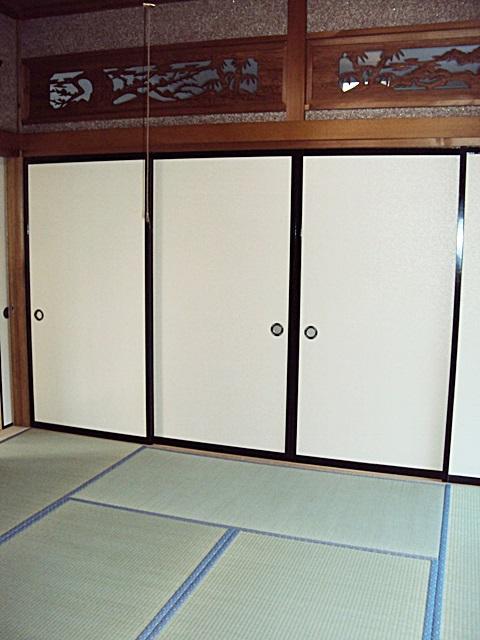 唯一残した和室は畳を造り替え、襖紙を貼り直しました。彫刻欄間にはアクリル板を嵌め込み空調の効率を考慮しました。