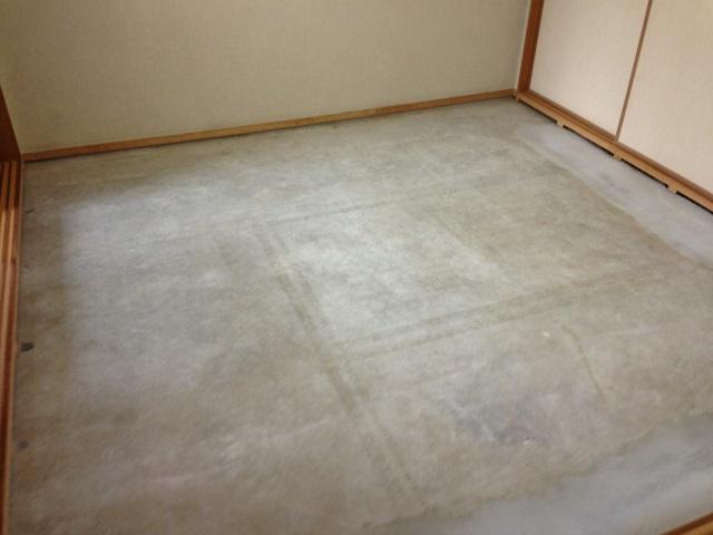 畳を撤去すると、スラブのコンクリートが姿を見せました。 捨て貼り用の合板を敷いた後、防音の為のクッションが付いたフローリングを接着剤で固定して、二重張りの丈夫な床としました。
