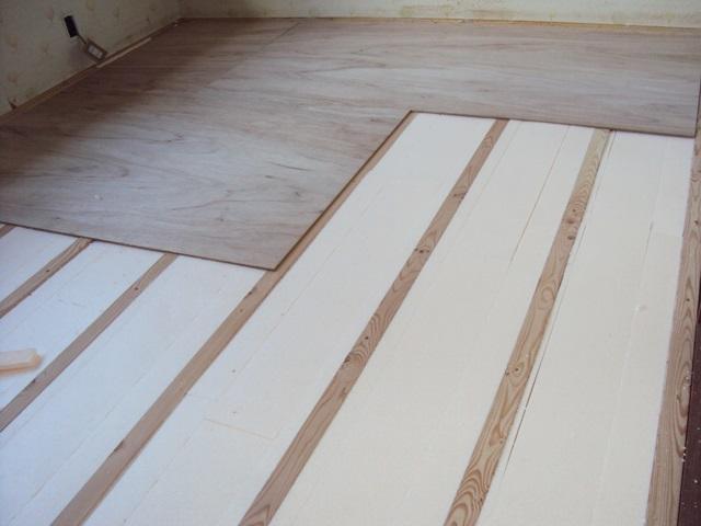 畳の床からフロアー張の床に変更しています。畳を撤去し、高さを調整するための根太を並べその間に断熱材を充填しています。