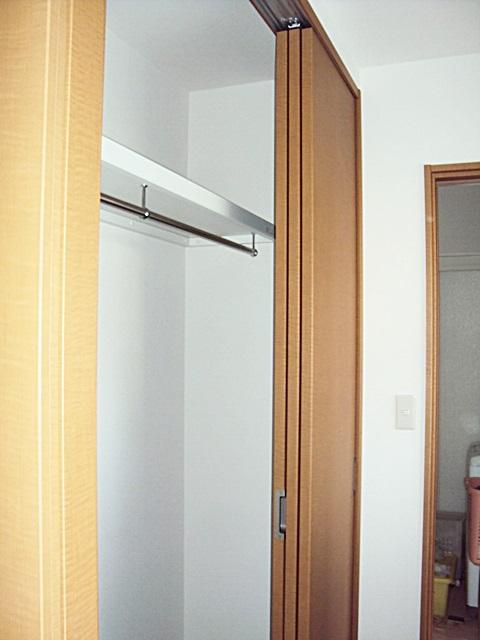 納戸にある収納の建具は3本引きで開口幅が広くとれ、出し入れが楽に行えます。