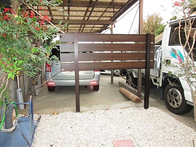 木目調のパネルで目隠しのフェンスを取り付けました。元々この場所にあった植栽は撤去し、防草シートを敷いた上に砂利を敷き詰めました。