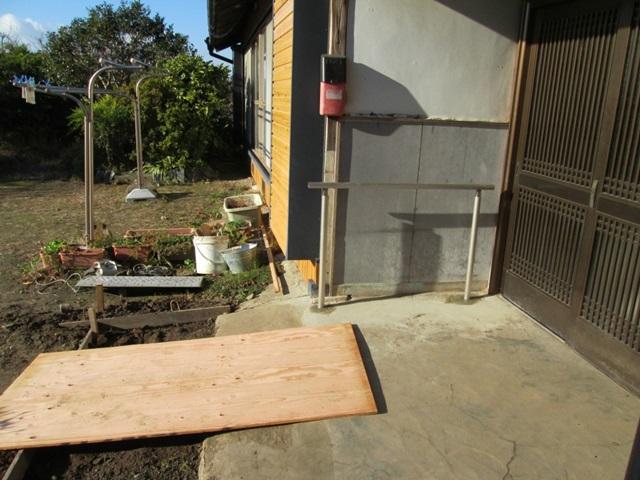 勾配を緩やかにする為の、土間コンクリート打ちの作業の様子です。