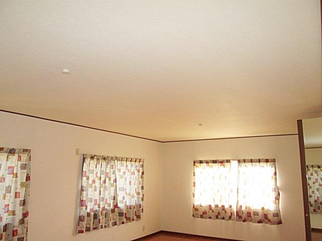 2階の洋室は、天井にビニールクロスを貼り既設のイメージを変えました。
