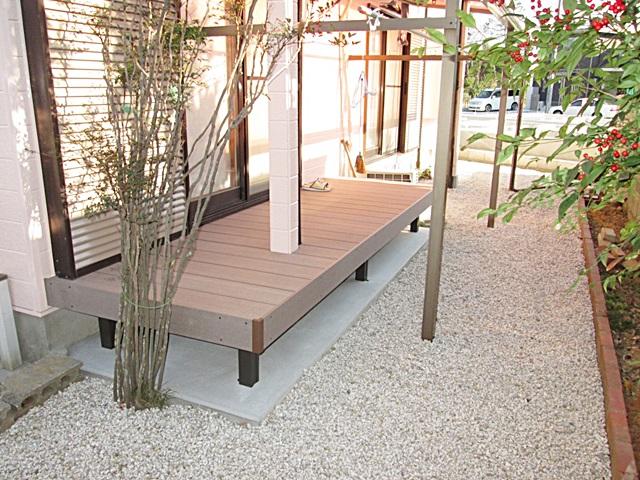 居室の掃き出し窓の外には、土間コンクリートを打った後にウッドデッキを取り付けました。