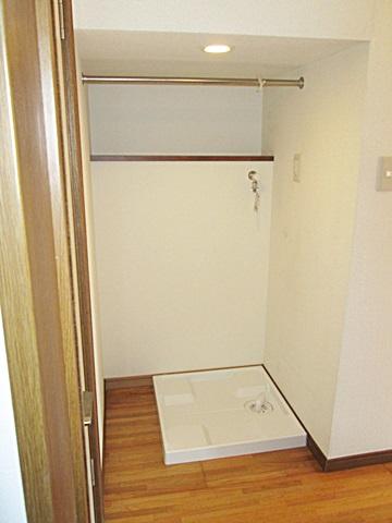 階段下のスペースを洗濯機置場に利用することとしました。