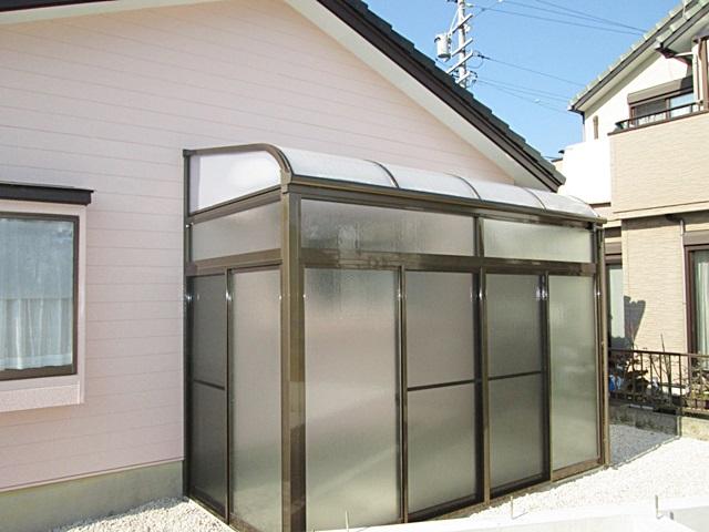 キッチン外側の外壁に、サンテラスの物入れを取り付けました。全面をポリカとガラスで囲われ、明るさを取り込みつつ収納も行えます。
