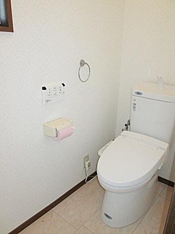 トイレは内装を全て新しくし、設備機器も新しく、LIXILのアメージュZリトイレに交換。とても明るく衛生的な空間となりました。
