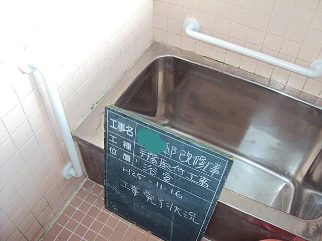 浴室には2箇所手摺を付けて、安全にご利用いただけるようになりました。