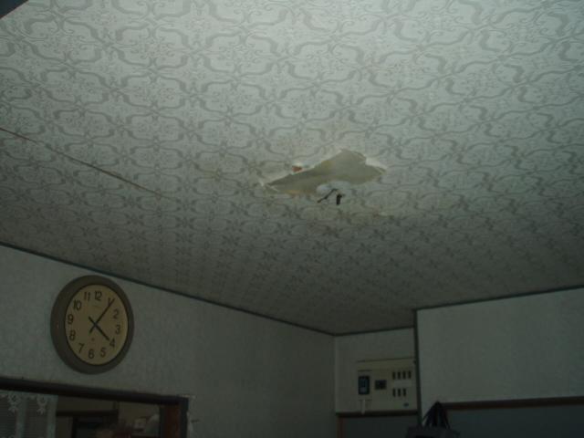 天井の張り直しと玄関サッシの戸車交換をしました。