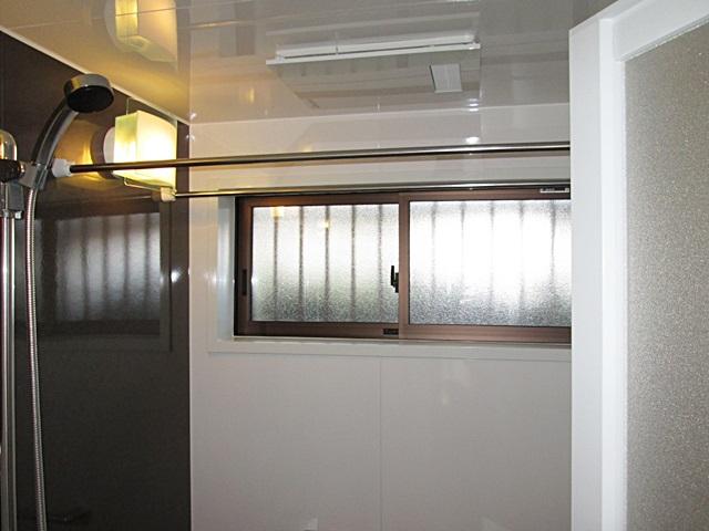 浴室には、暖房機能付きの換気扇を取り付け、さらにサッシを小さくペアガラスにすることで、断熱性能の向上をしました。