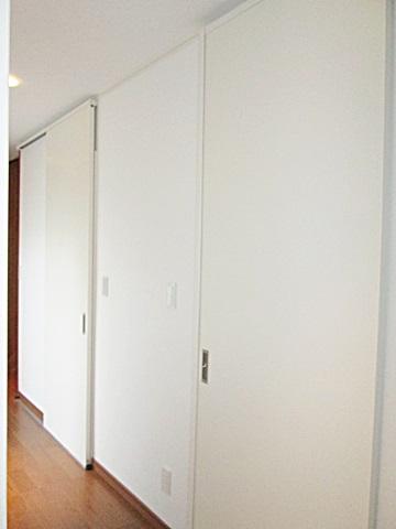 廊下の仕上げを床・壁・天井共貼り替えました。個室へのドアも天井まである引き戸に取り替えダイナミックな空間になっています。