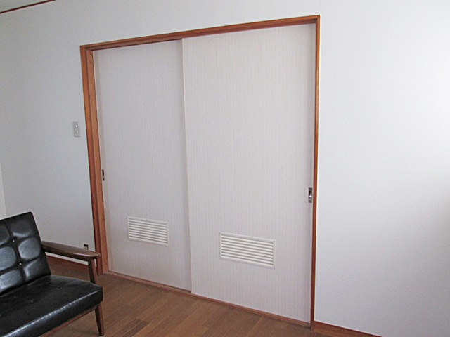2階納戸に換気扇を取り付けました。換気効率を考慮し建具に換気ガラリを取り付けています。ほか、2階の居室のクロスを貼り替えました