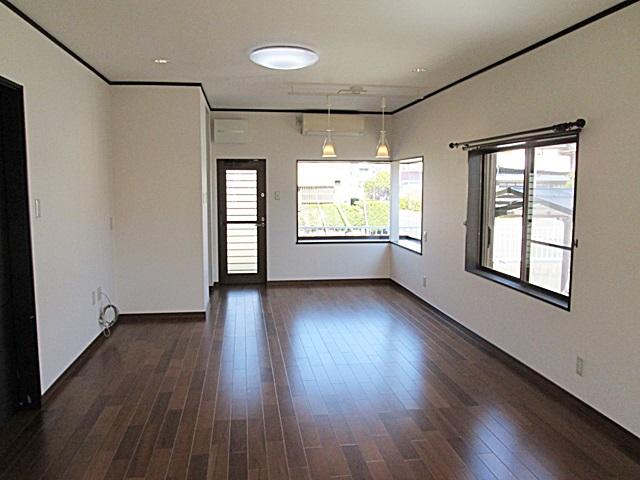 LDKは壁と天井のクロスを貼り替えました。フロアーは既設の床の上に張り増しをすることで、丈夫な床になるとともに敷居の段差も少なくなりました。 とても広い空間に床のチークブラウン色が重厚感のある落ち着いた印象を与えています。