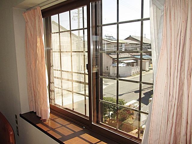 LDKと2階の洋間に、遮熱・断熱性に優れた内窓の「プラマードU」を取り付けました。