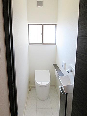 ホワイト色とダークブラウン色のコントラストが鮮やかで明るく衛生的な個室となりました。便器は、最新のTOTOのタンクレストイレでお手入れもし易く機能も充実したものとなって居ます。