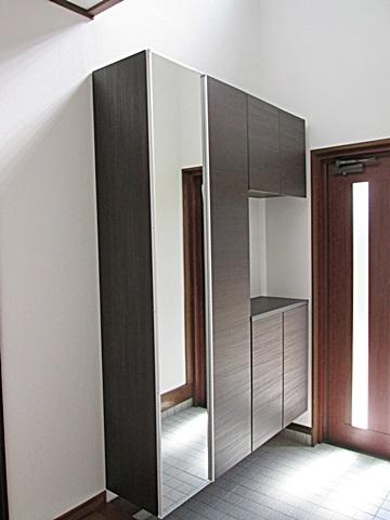 玄関収納には姿見用の鏡が付き収納量も十分あるものを選定されました。