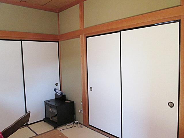 1階にある和室は、襖を貼り替えました。白い襖紙で印象が明るくなりました。