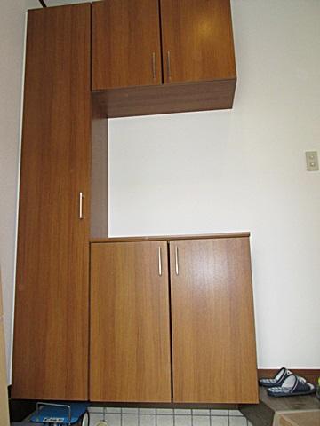 玄関収納をカウンタータイプからコの字型の物に取替、収納量をアップしました。クロスも貼り替えられ明るい玄関になりました。