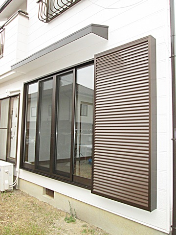 リビングの掃出し窓も取り替えました。2枚戸から4枚戸に替えとても軽く開閉ができ、ガラスを複層にして断熱効果を上げ結露を防止します。