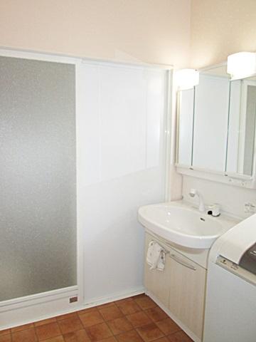 洗面所は、浴室側の壁と床を部分補修だけにしてリーズナブルに改修しましたが、既存部分と違和感のないように仕上げました。洗面台はまだ新しいので既設の物を利用しました。