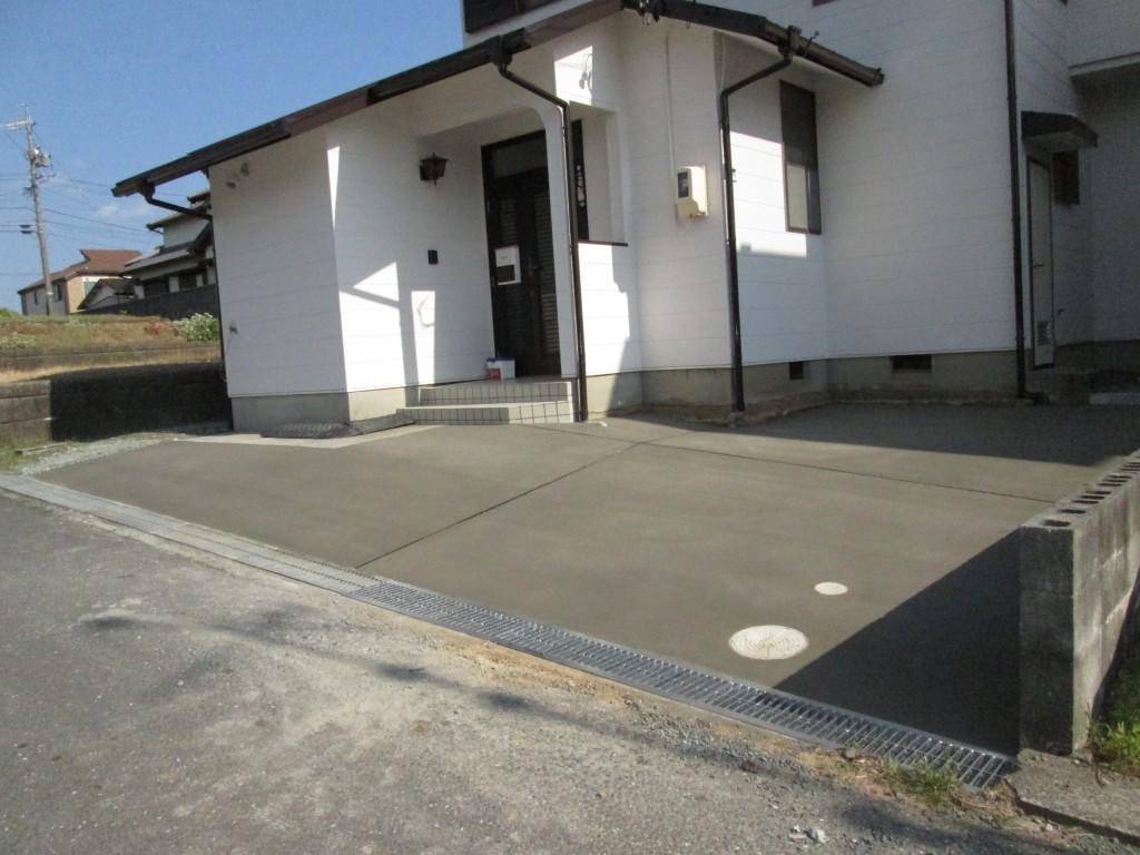 砂利敷きの駐車場をコンクリート舗装にしました。乗入れの勾配がきついので滑らない様に刷毛引き仕上げとしました。