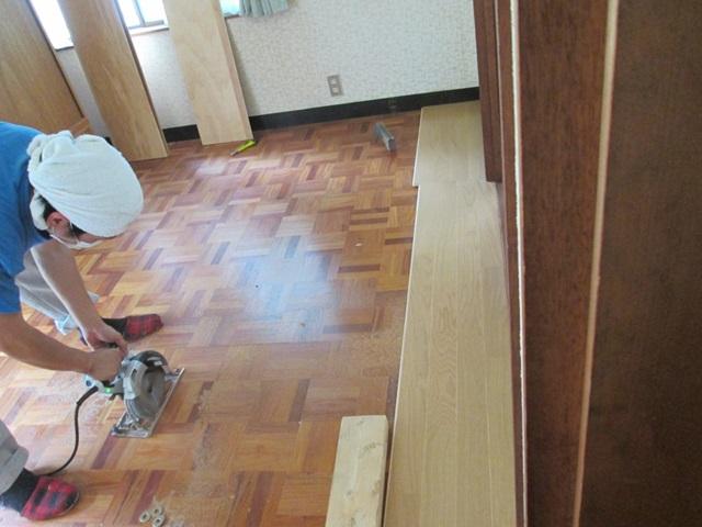 床の張り増しの作業の様子です。床が一部鳴るので開口を開け下地を補修しながら作業を進めました。