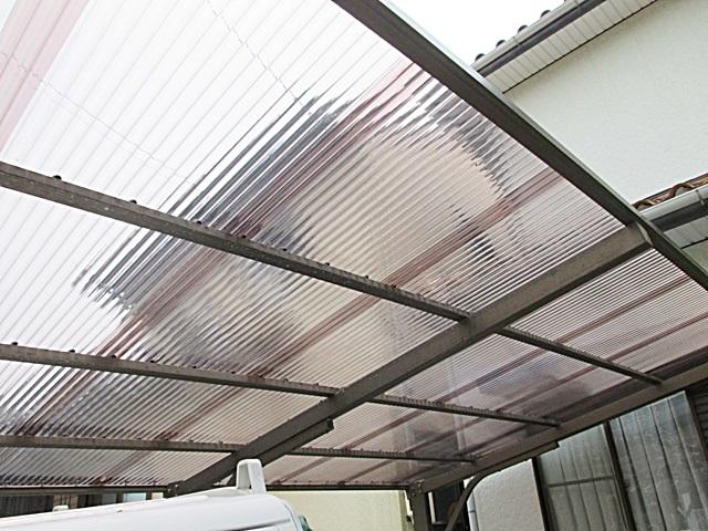 テラス屋根のポリカーボネートを新しい物に張替え、綺麗で明るい駐車場になりました。