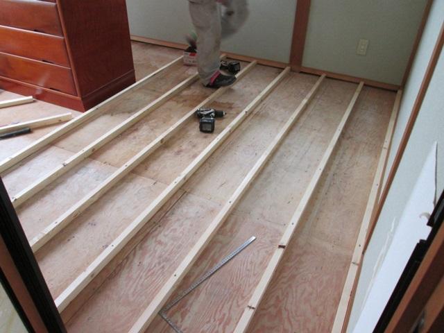 2階和室を畳からフロアー張りするに当たり、撤去した畳の厚み分の調整を行ってから床板を張りました。