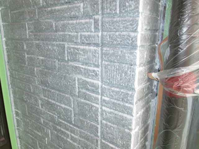 東面以外の外壁は、塗り替えを行いました。高圧洗浄の後に劣化下コーキングを打ち直し、下塗りを行いました。
