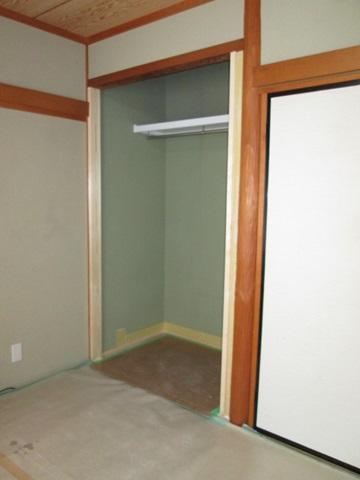 床の間を収納にリフォームしている作業の様子です。開き戸の為の枠が入り、床がフラットになって、枕棚とハンガーパイプが設置されています。