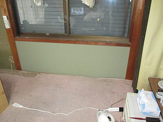 ひび割れた和室の壁を補修しました。