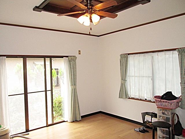 居間とダイニングは床の張り増し後に、壁と天井のクロスを貼り替えました。ナチュラル色の床とホワイトの壁紙でとても明るく爽やかな空間になりました。