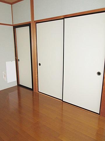 2階の和室は畳敷きからフロアー張りに変更し、また押入の中にハンガーパイプを設置して使い勝手に考慮しました。