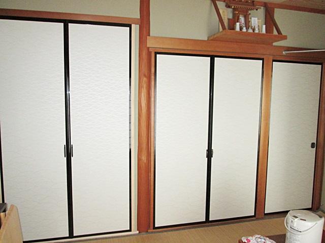 1階の和室は、利用頻度の少ない床の間を収納とするリフォームを行いました。開き戸用の枠を入れ、2段床をフラットに組み直して、枕棚とハンガーパイプを取り付けました。
