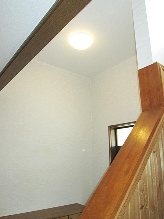床を上げた分、玄関天井は高く開放感があります。