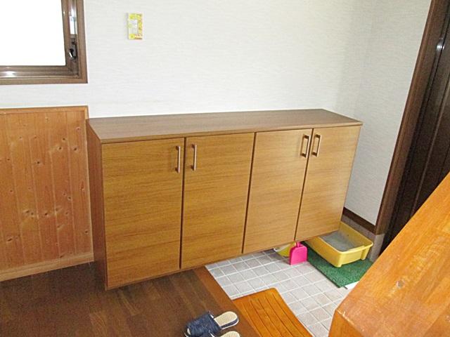 玄関にはカウンタータイプの下駄箱を取り付け収納を充実させました。