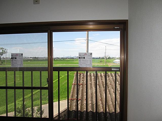 2階洋室のガラスをペアガラスに変更して断熱と防音性能を向上させました。